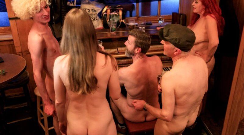 Regulares mantêm-se nus para salvar o famoso pub The Coach and Horses, em Londres